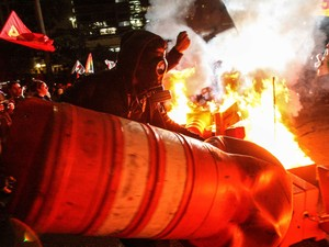Manifestantes colocam fogo em cone durante protesto no centro de São Paulo (Foto: Daniel Teixeira/Estadão Conteúdo)