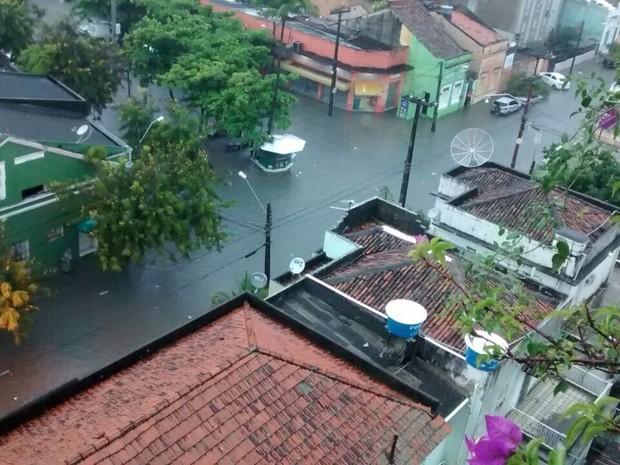Rua Capitão Lima, em Santo Amaro, ficou completamente alagada (Foto: Simone Graf/TV Globo)