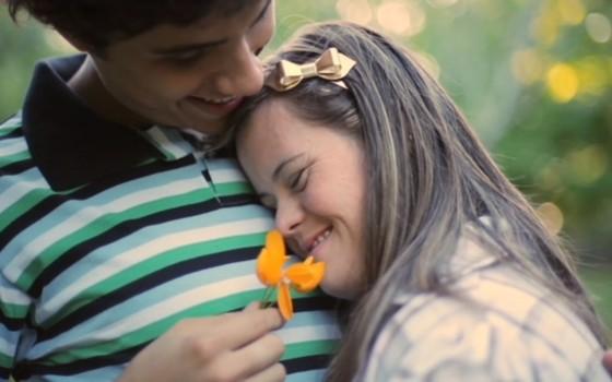 O filme retrata o amor entre uma jovem com síndrome de Down por um garoto sem a síndrome (Foto: Divulgação)