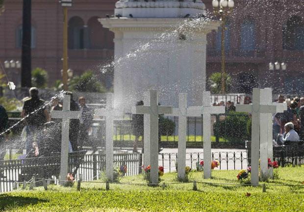 Cruzes lembram os mortos argentinos nas Malvinas, na Praça de Maio, em Buenos Aires, nesta segunda-feira (8) (Foto: AFP)