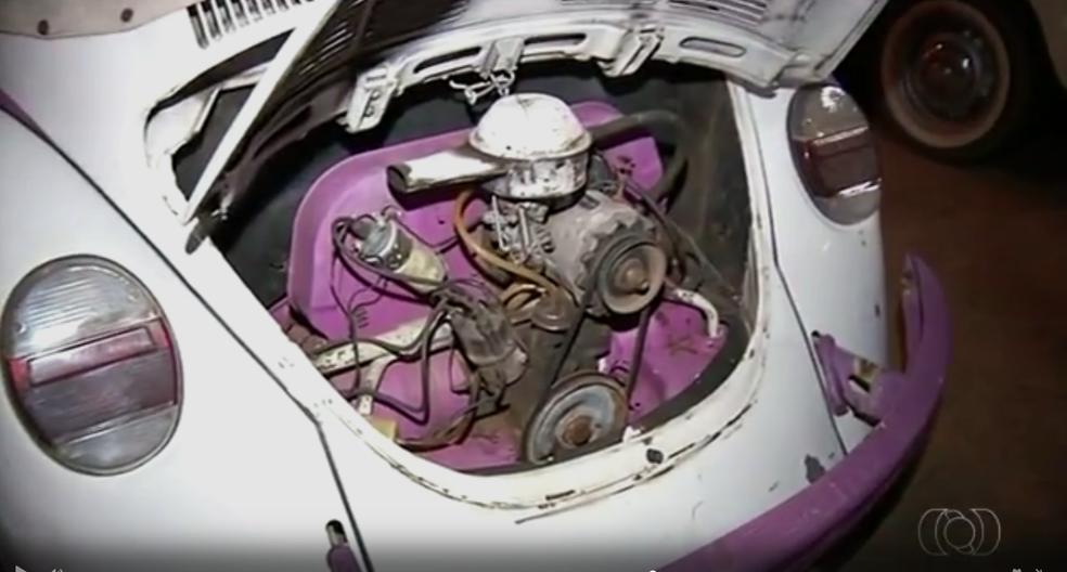 Fusca personalizado tem até motor rosa (Foto: TV Anhanguera/Reprodução)