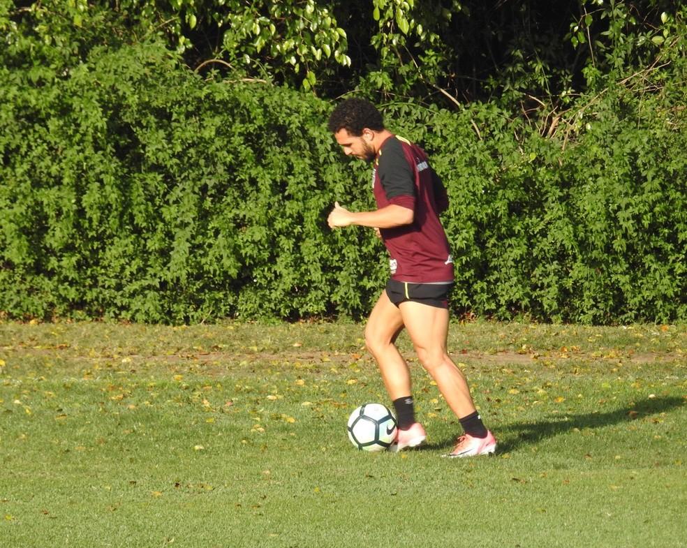 Wellington Nem teve contato com a bola no treino desta segunda-feira, no São Paulo (Foto: Marcelo Hazan)