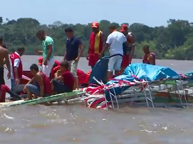 Embarca��o naufragou na orla de Macap�, pr�ximo ao Farol da Praticagem (Foto: Reprodu��o/TV Amap�)