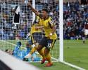 Presentão para Wenger: gol de mão aos 48 do 2º dá vitória ao Arsenal