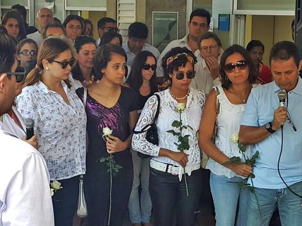 Ronald Ribeiro, pai de Louise Ribeiro, fala ao microfone durante ato nesta segunda-feira (14) em memória da estudante assassinada  (Foto: Raquel Morais/G1)