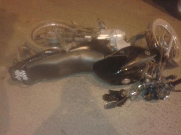 Motociclistas ficaram destruídas com o impácto  (Foto: Divulgação/PM)