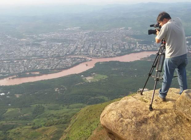 Cinegrafista Tiago Lopes participou dos registros especiais em Governador Valadares (Foto: George Gonçalves/Inter TV)