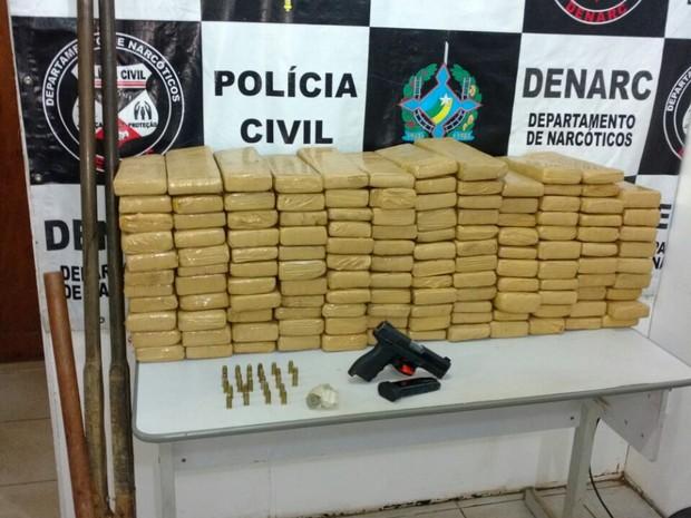 Policiais do Denarc apreenderam 107 quilos de maconha em um sítio em Porto Velho (Foto: Polícia Civil/Divulgação)