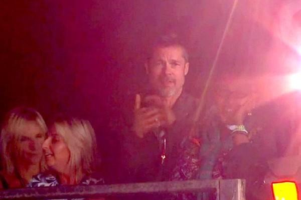 O ator brad Pitt durante o Festival de Glastonbury (Foto: Reddit)