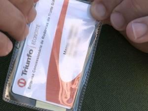 Carteirinha autoriza que motorista passe sem pagar (Foto: Reprodução / TV TEM)