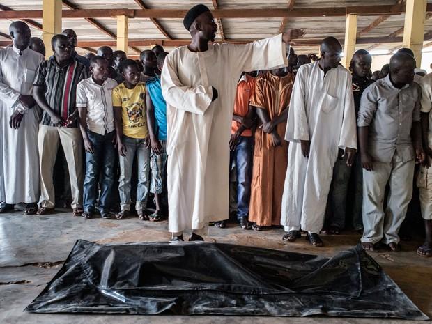 Imã conduz orações após a morte de Zacharia Adam no bairro muçulmano PK5, em Bangui, na República Centro-Africana, na terça (1º) (Foto: AFP Photo/Marco Longari)