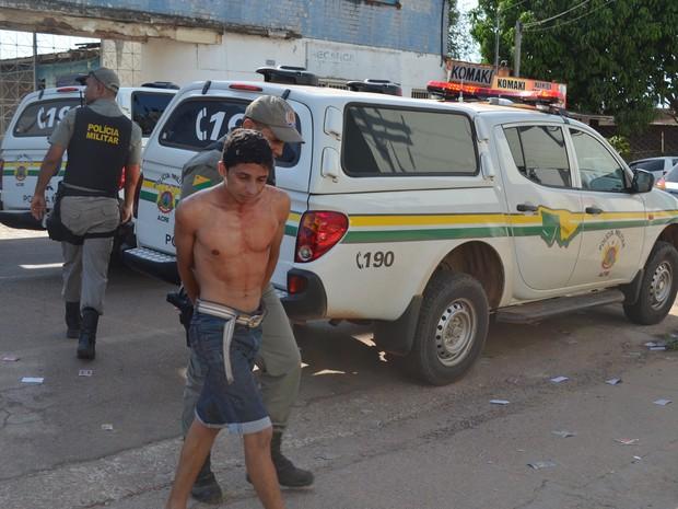Militante chega ferido ao Pronto-Socorro de Rio Branco (Foto: Tácita Muniz/G1)