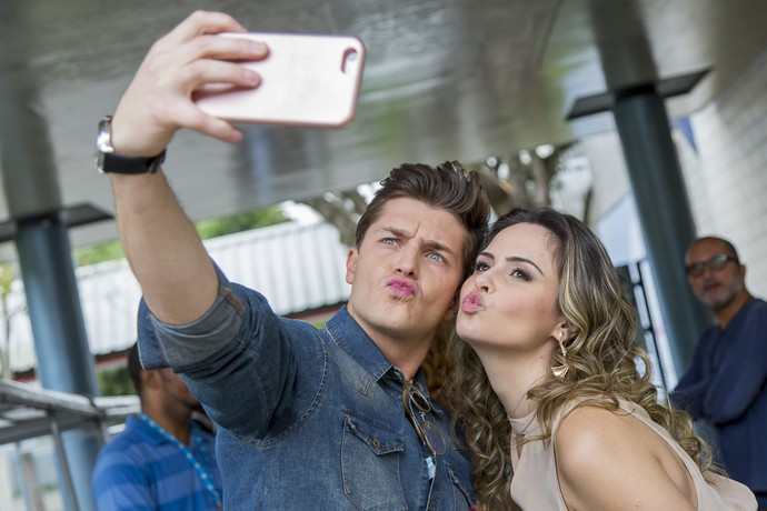 Ana Paula Renault e Klebber Toledo aproveitam os intervalos para posarem descontraídos para a selfie (Foto: Artur Meninea / Gshow)