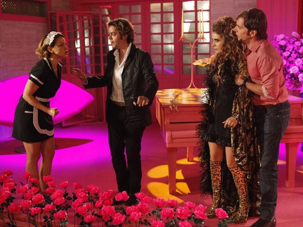 Chayene fica chocada com a entrada de Rosário (Foto: Cheias de Charme / TV Globo)