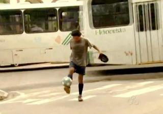 Angelo Franchesco mostra habilidade com a bola nos semáforos de Rio Branco (Foto: Reprodução TV Acre)