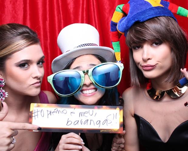Atrizes brincam com prêmio na cabine (Foto: Domingão do Faustão/ TV Globo)
