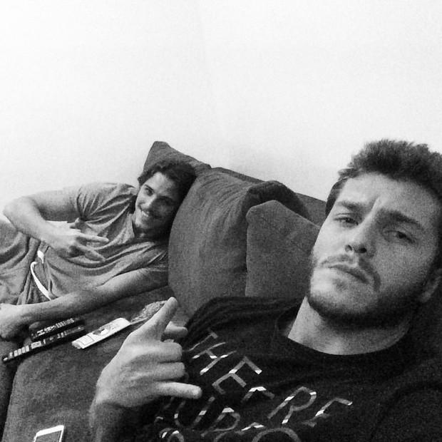 Rômulo Neto e Klebber Toledo posam para selfie (Foto: Instagram/ Reprodução)