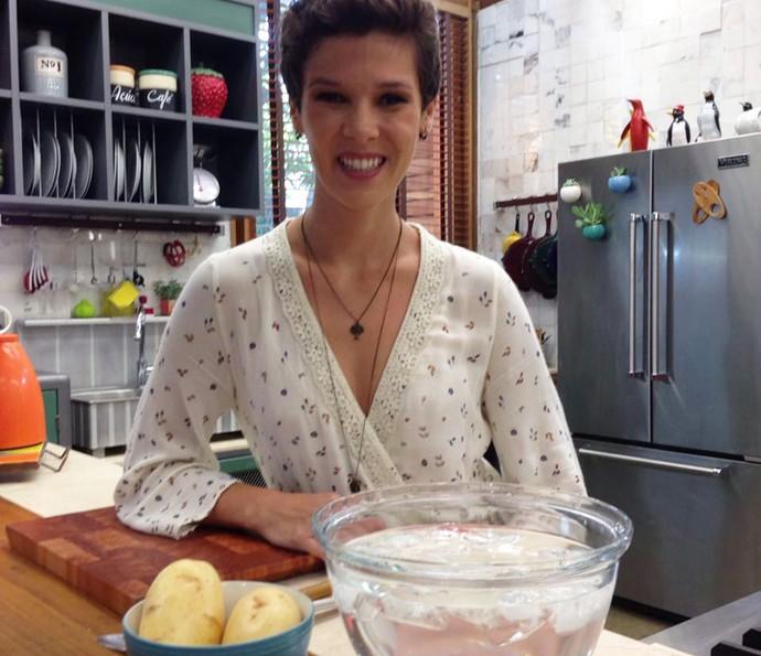 Gabi Freitas testa dica da internet para descascar batatas  (Foto: Janaína Ornellas/Gshow)