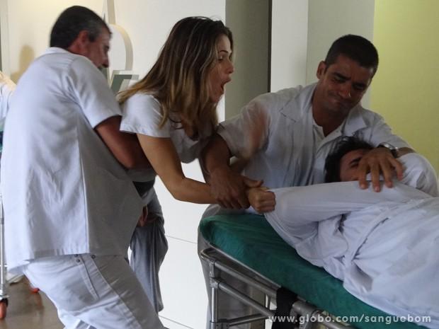 A gata se declara, e o ex-noivo nem aí (Foto: Sangue Bom/TV Globo)