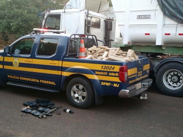 Em meio ao calc�rio havia maconha, fuzil e muni��es (Foto: PRF/Divulga��o)