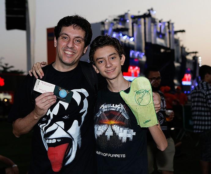 Ao lado do filho, Luiz Augusto mostra ingresso do primeiro Rock in Rio (Foto: Fábio Rocha/Gshow)