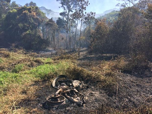 Moto pode ter sido a causa do incêndio na Serra dos Cavalos  (Foto: Edivaldo Coelho/TV Asa Branca)