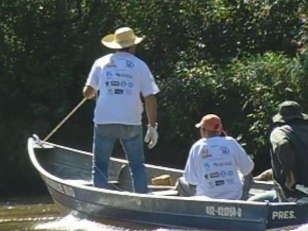 Voluntários das duas cidades participaram do mutirão de limpeza  (Foto: reprodução/TV Tem)