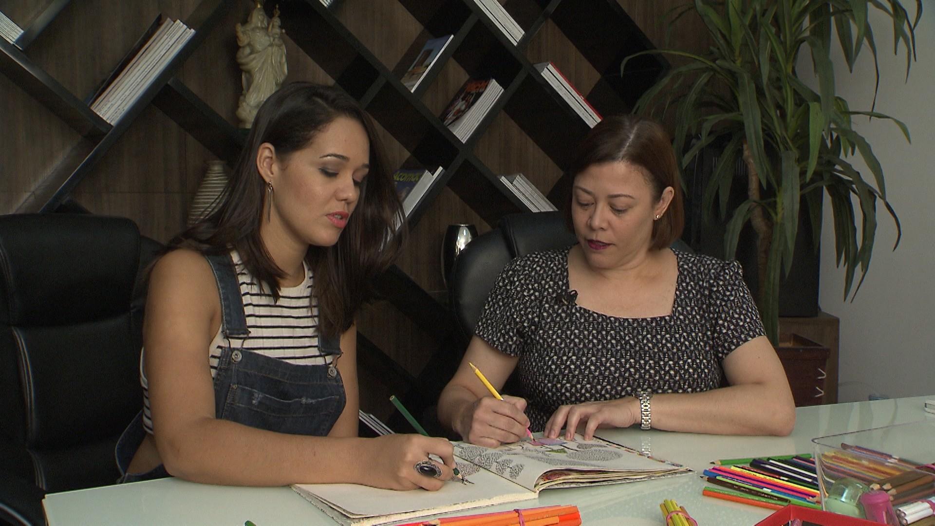 A jornalista Márcia Luz diz a Renata Menezes que pintar aumenta seu foco (Foto: Divulgação)