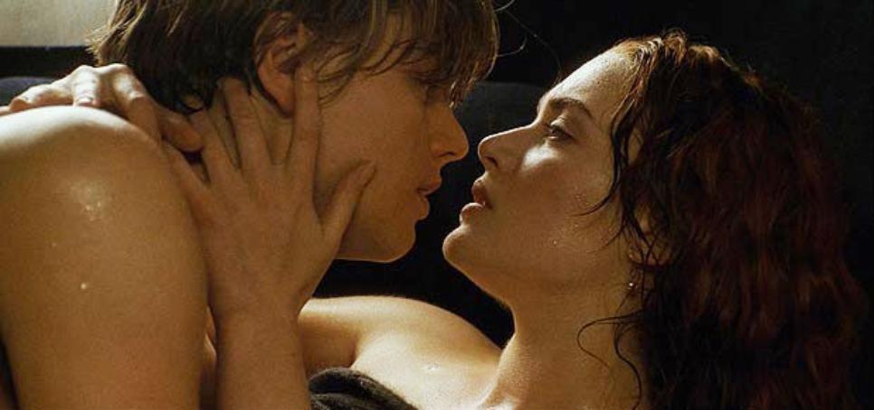 Ai, o amor jovem! O coração dos dois apaixonados não aguentou o navio atracar (até porque isso jamais aconteceria) e eles consumaram seu amor dentro do estacionamento. (Foto: Reprodução)