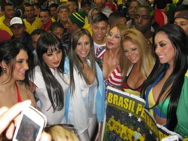 Modelos posam em meio aos torcedores (Foto: Caio Prestes/G1)