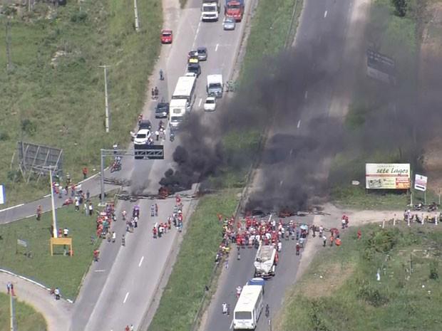 Protesto do MST em Moreno, PE. (Foto: Reprodução / TV Globo)