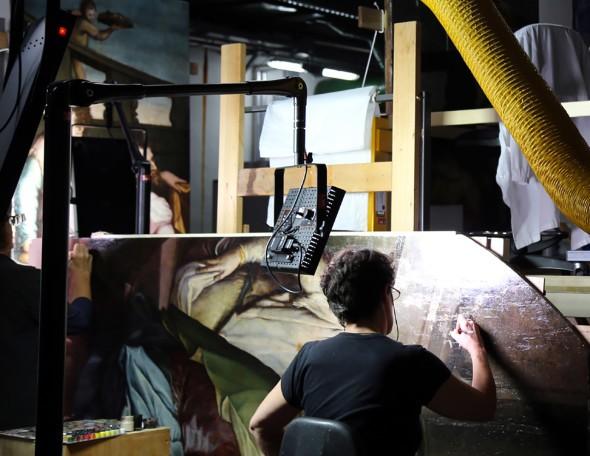 O processo de restauração da tela (Foto: Divulgação)