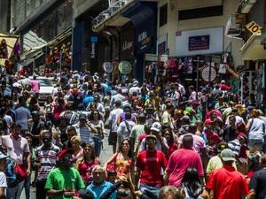 Movimentação na Rua 25 de Março, área de comércio popular de São Paulo, para as compras de Natal (Foto: Cris Faga/Fox Press Photo/Estadão Conteúdo)