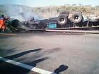 Caminhoneiro morre carbonizado após veículo tombar em via da BA