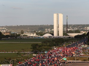 BRASÍLIA: Manifestantes contra o impeachment da presidente Dilma Rousseff e pela democracia caminham pela Esplanada dos Ministérios em direção ao Congresso Nacional, em Brasília (Foto: André Dusek/Estadão Conteúdo)