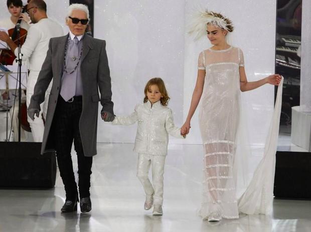 Karl Lagerfeld e a noiva Cara Delevigne com o afilhado do estilista ao meio, Hudson Koening (Foto: Getty Images)