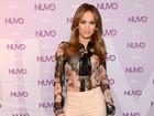 Jennifer Lopez usa blusa transparente e deixa sutiã à mostra
