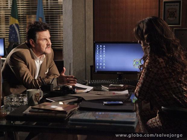 Mustafá é interrogado por Helô e fica tenso (Foto: Salve Jorge/ TV Globo)