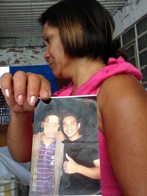 Jeroniza Bezerra, mãe de Erivaldo, exibe foto do filho assassinado (Foto: Kléber Tomaz/G1)