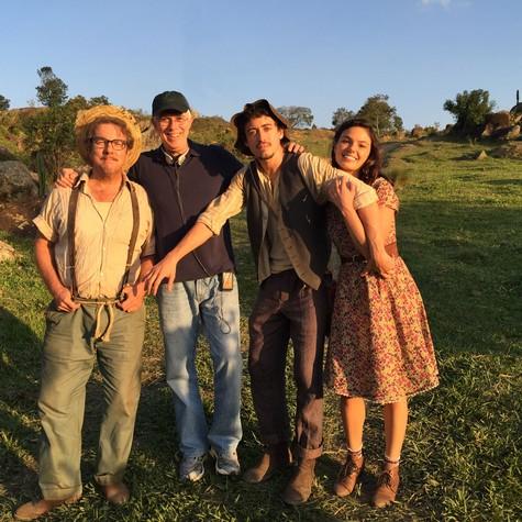 Augusto Madeira, Paulo Fontenelle, Jesuíta Barbosa e Isis no set (Foto: Divulgação)
