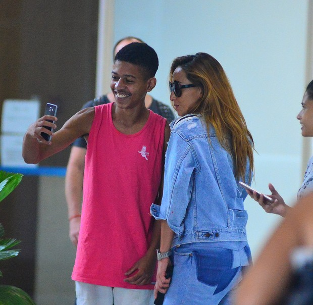 Sabrina Sato distribui selfies ao embarcar no aeroporto Santos Dumont (Foto: Willian Oda / AgNews)