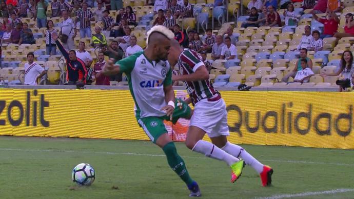 Tony, do Goiás, chuta Wellington, do Fluminense (Foto: Reprodução SporTV)