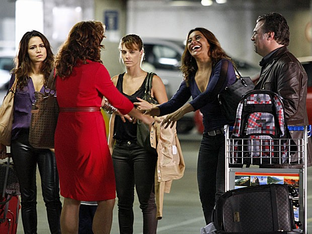 Wanda chega e surpreende Morena e Jéssica (Foto: Salve Jorge/TV Globo)