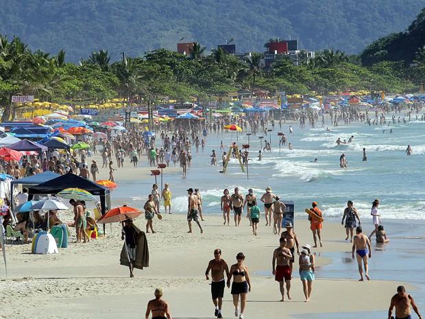 Banhistas aproveitaram a manhã de sol na Praia Grande, em Ubatuba, no litoral norte de São Paulo, nesta terça-feira (03). Após uma semana de tempo nublado, o dia deve ser de sol. A temperatura máxima prevista para esta terça é de 30ºC e a mínima de 20ºC.  (Foto: Thales Stadler/AE)