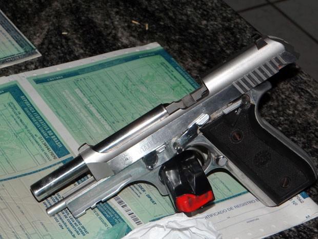 Na casa de um dos suspeitos, a polícia encontrou documentos de registro e licenciamento de veículos em branco. Uma arma de uso restrito também foi apreendida (Foto: Isael Alves/ Seds-PB)
