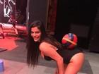 Suzy Cortez equilibra bola no bumbum em programa de TV chinês