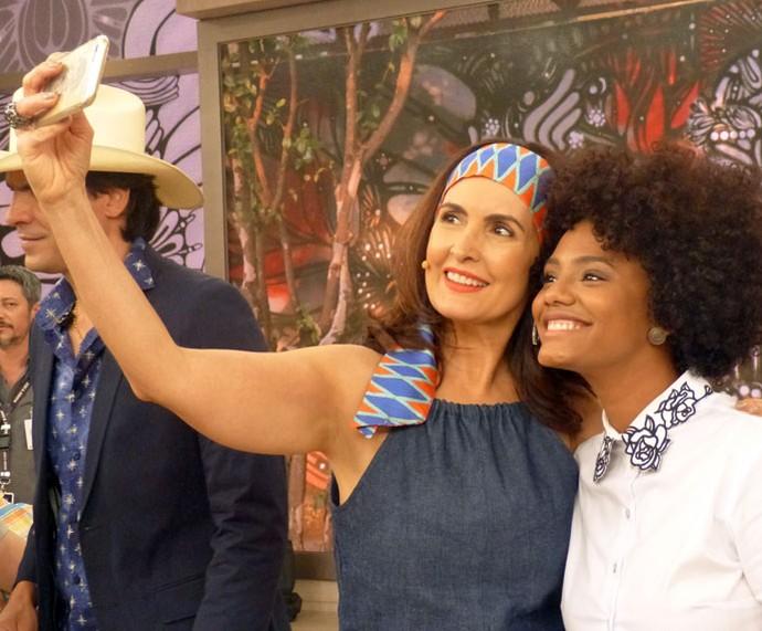 Fátima tira selfie com a atriz Jéssica Ellen (Foto: Vinícius Cunha/Gshow)