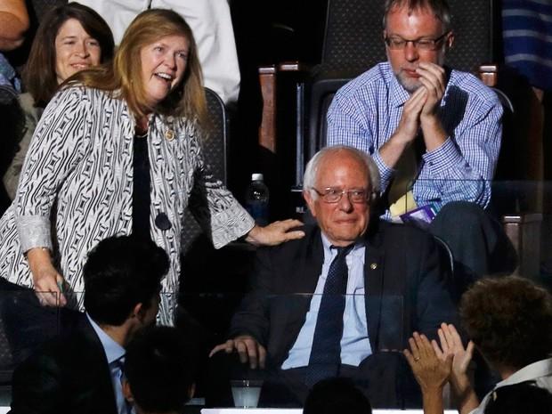 Ao lado de sua mulher, Jane, Bernie Sanders se emociona ao ouvir seu irmão Larry declarando os votos dos democratas no exterior durante a Convenção Nacional Democrata, na Filadélfia, na terça (26) (Foto: Reuters/Scott Audette)