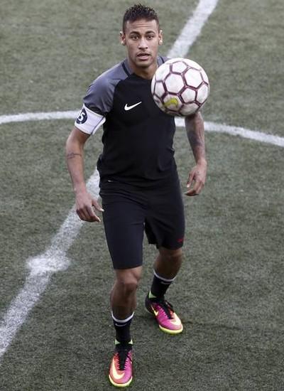 Neymar não está tendo descanso de Ricardo Rosa, seu preparador físico pessoal que o acompanha desde 2010 (Foto: Reprodução)