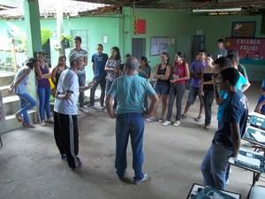 Antes de se apresentarem os jovens receberam orientação com dicas de encenação no palco (Foto: Diego Souza)